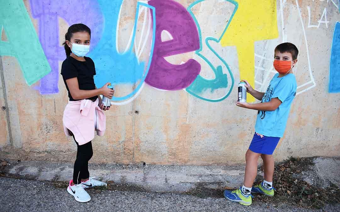 Dos jóvenes de Alcorisa participando en la actividad.