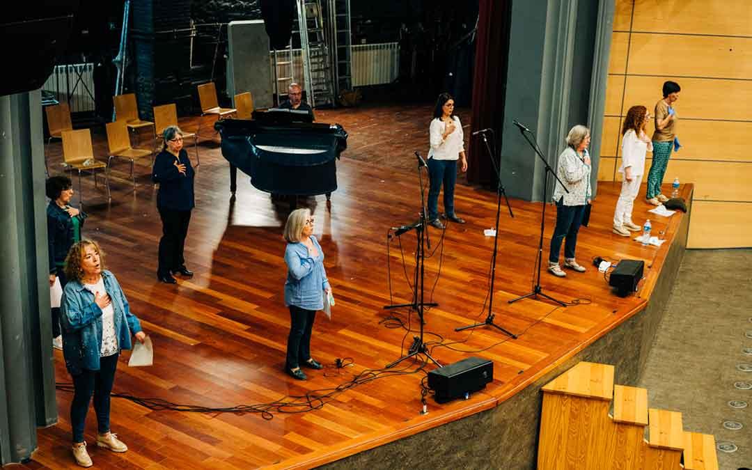 Integrantes del Coro Ciudad de Caspe durante la actuación.
