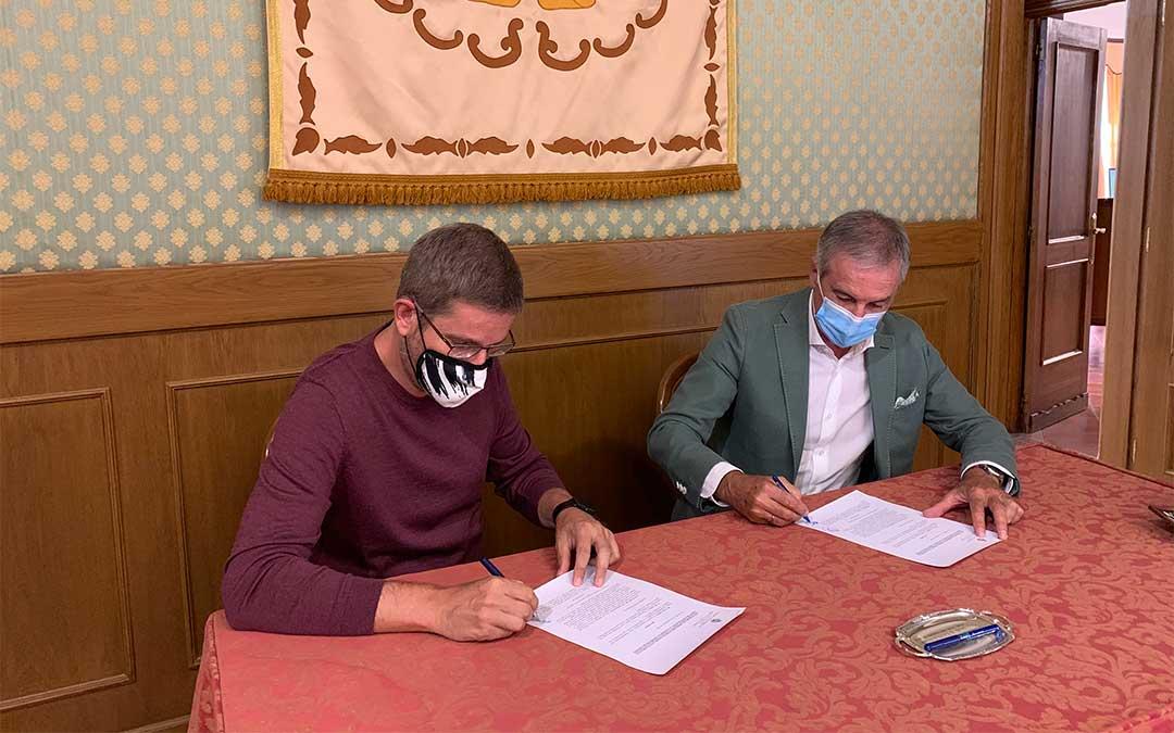 Ignacio Urquizu y Raimundo Cubeles en la firma del premio Pilar Narvión./ L.C.