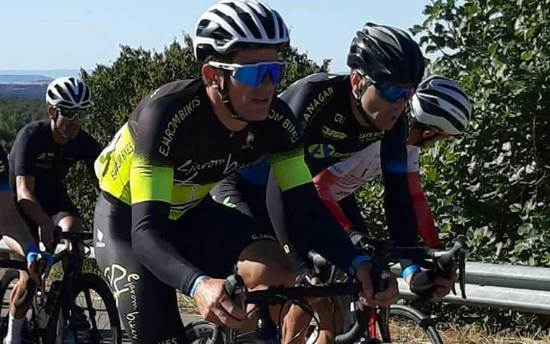 Iván Romero en pleno esfuerzo en la prueba en ruta del Campeonato de Aragón de ciclismo