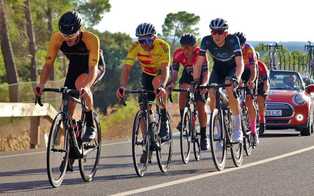 Iván Romero el segundo del grupo con maillot amarillo en la disputa de la prueba en línea