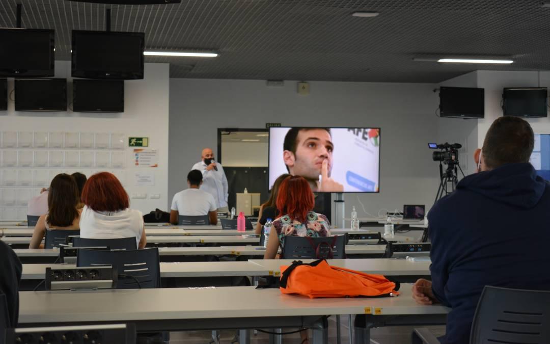 De pie, Javier Matallanas; a su derecha en la pantalla, una imagen de su hermano Carlos./ L.C.