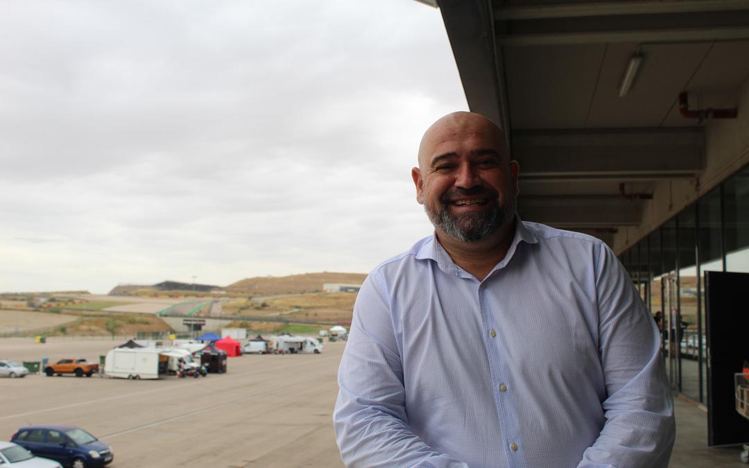 El periodista Javier Matallanas en una de las terrazas de Motorland Aragón. / B. Severino