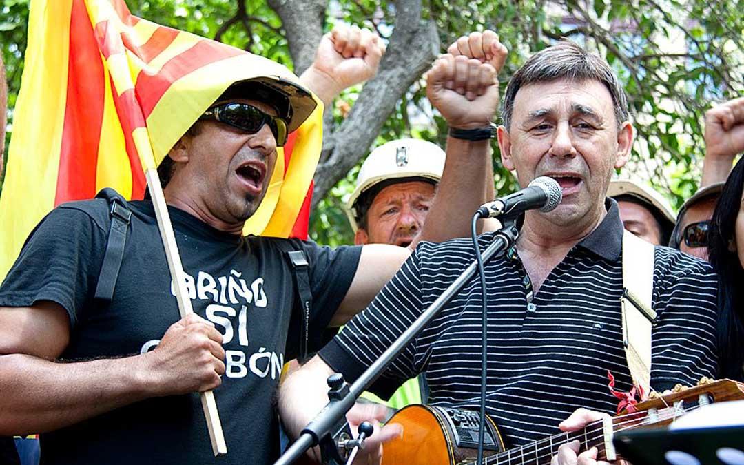 Joaquín Carbonell cantando en la plaza de los Sitios a la llegada de la marcha minera a Zaragoza en 2012 / Cedida por Joaquín Noé