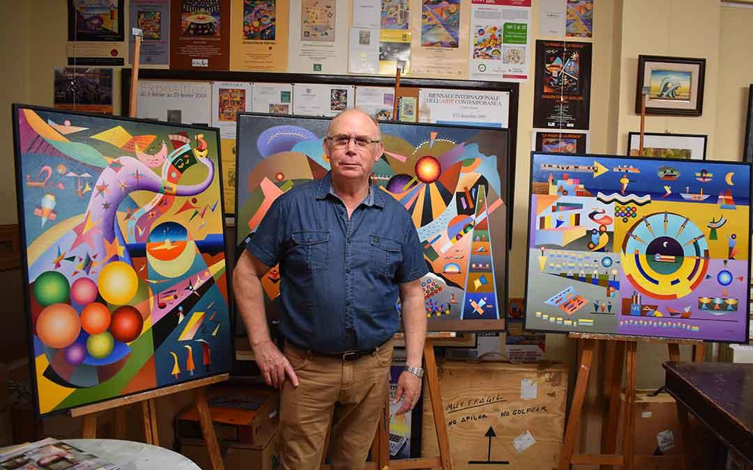 Joaquín Ferrer Guallar ('Feguars') en el estudio de su casa en Caspe, acompañado de algunas de sus obras.