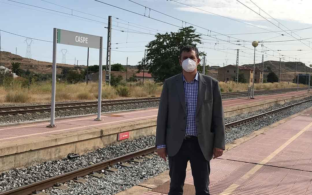 El presidente de CHA Aragón, Joaquín Palacín, en la estación de tren de Caspe.