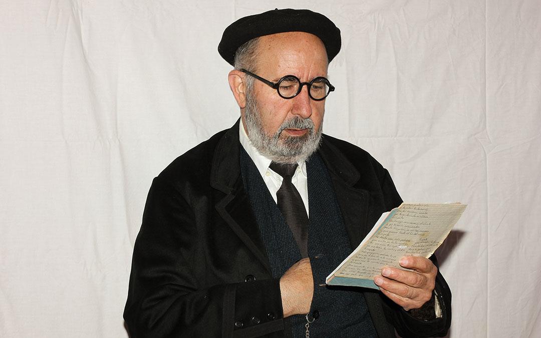 José Miguel Marín, vecino de Mirambel que este verano ha encarnado a Pío Baroja durante las visitas teatralizadas./ Archivo José Miguel Marín