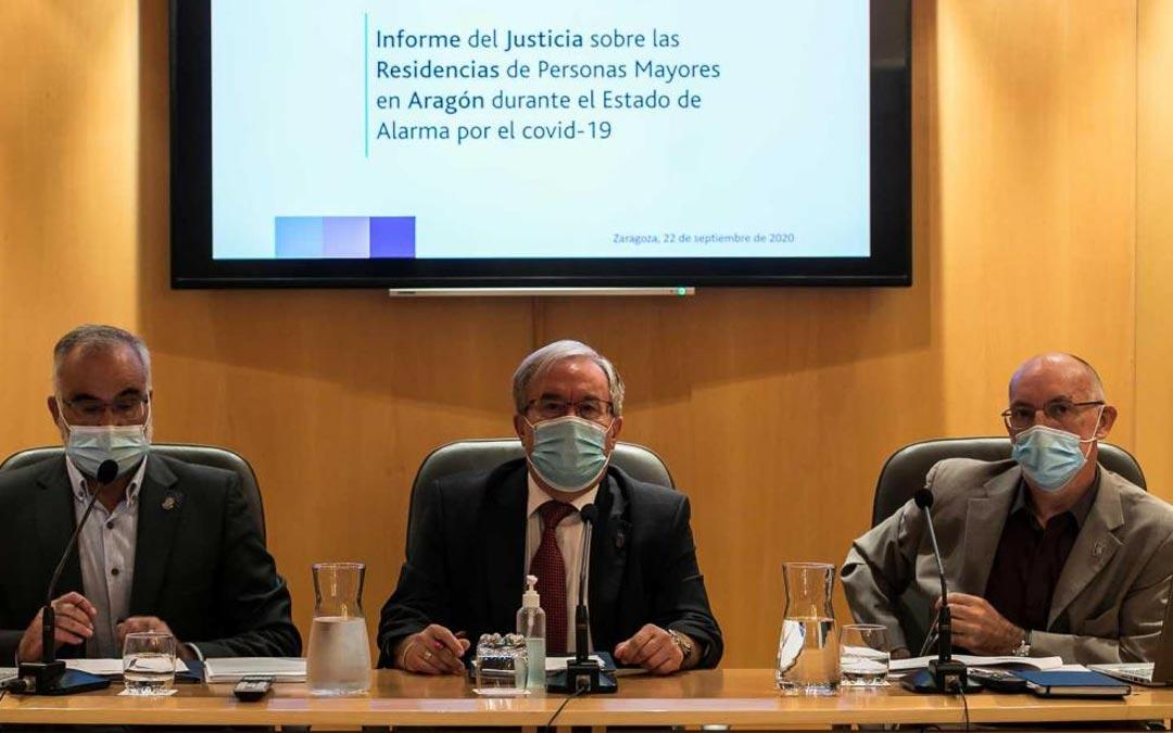 De izquierda a derecha, Javier Hernández, Ángel Dolado y Andrés Esteban, en la sede del Justicia de Aragón./José Miguel Marco HERALDO