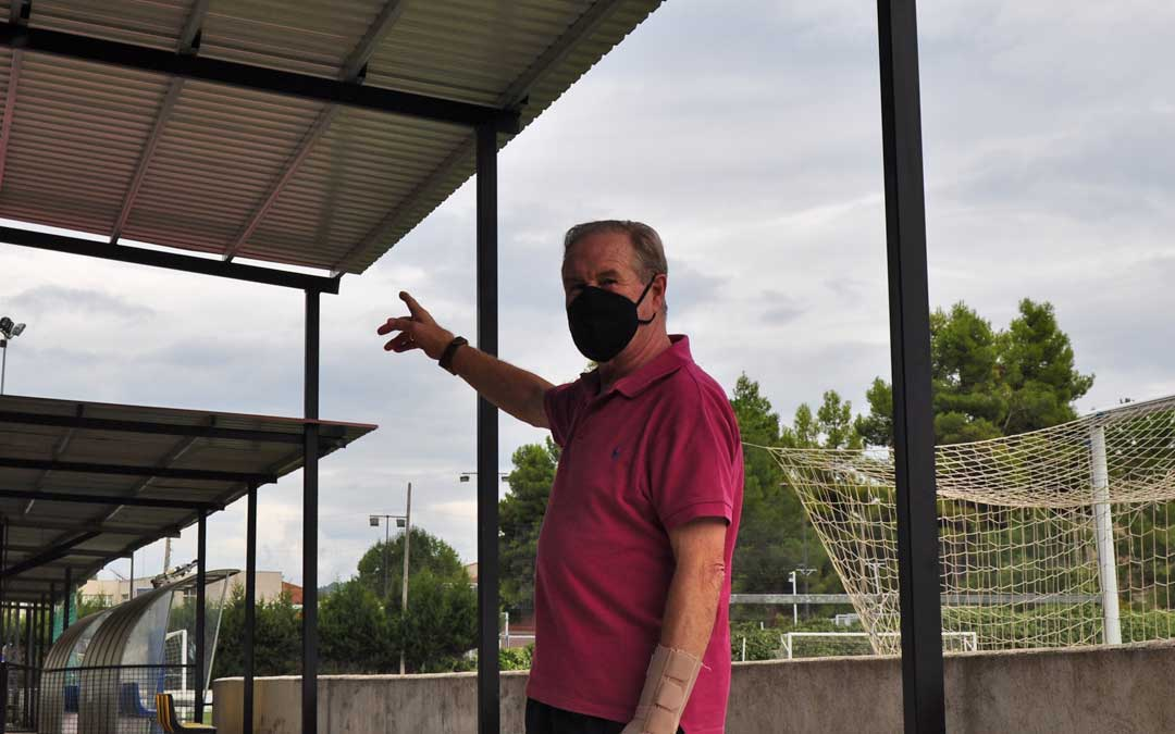 Luis Gascón, presidente en funciones del club, muestra la reparación que se ha acometido en los últimos meses.