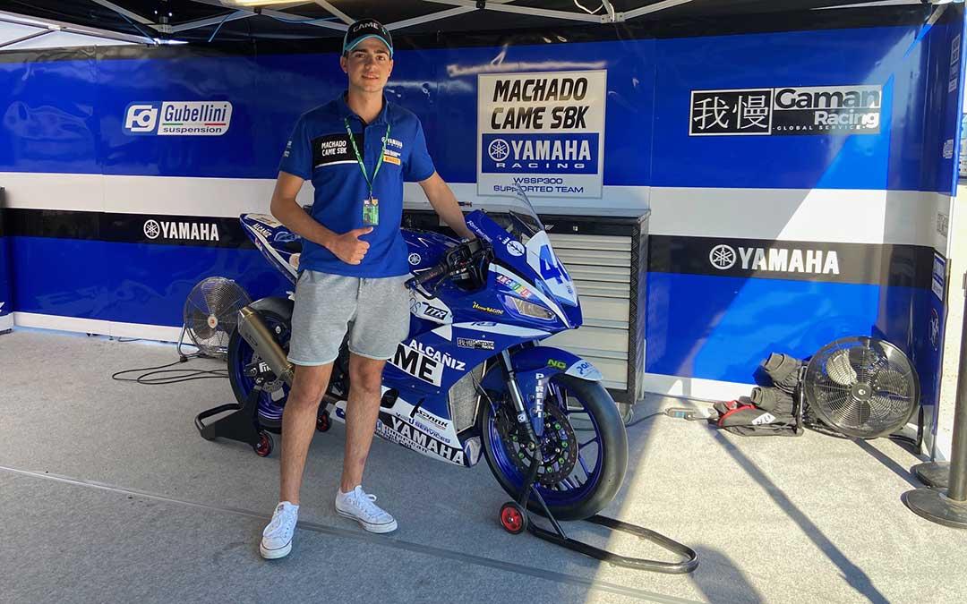 Marcos Lahoz con su moto el sábado por la mañana en Motorland./ A.M.