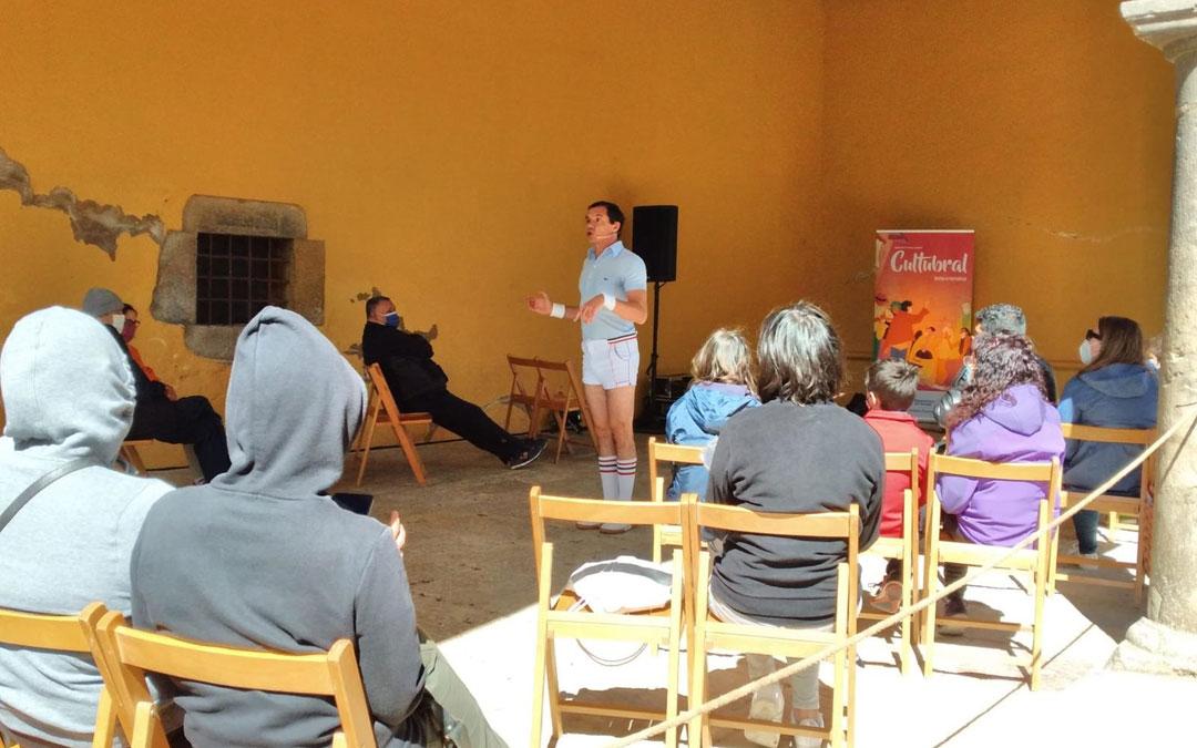 Rafa Maza, metido en el personaje de 'Solo Fabiolo' en su actuación en Mirambel con Cultubral. / DPT