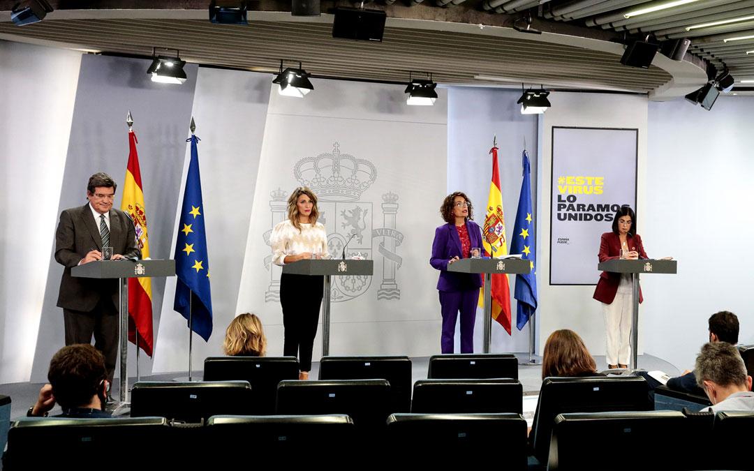 Las ministras Yolanda Díaz, Mª Jesús Montero, Carolina Darias y el ministro, José Luis Escriva, en rueda de prensa. / Pool Moncloa/JM Cuadrado
