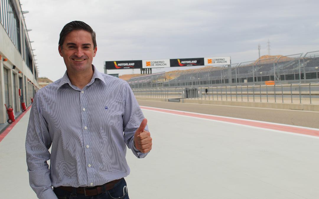 El periodista turolense Óscar Langa en Motorland Aragón, un circuito que se conoce muy bien. / B. Severino