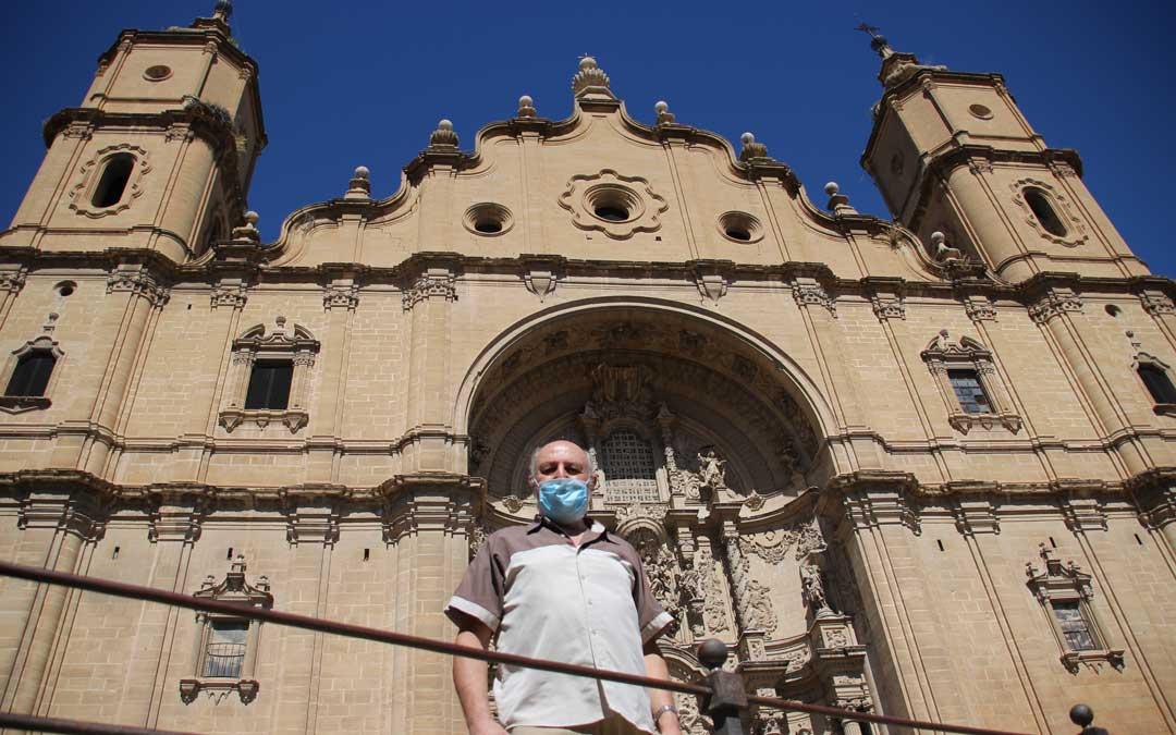 Pablo Roda, párroco de Alcañiz, junto a la Ex-Colegiata Santa María la Mayor./Laura Alejos