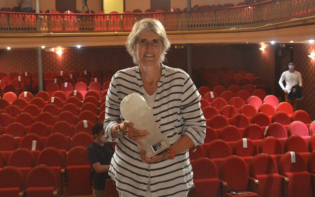Paloma del Río posa con el Premio Pilar Narvión en el teatro de Alcañiz
