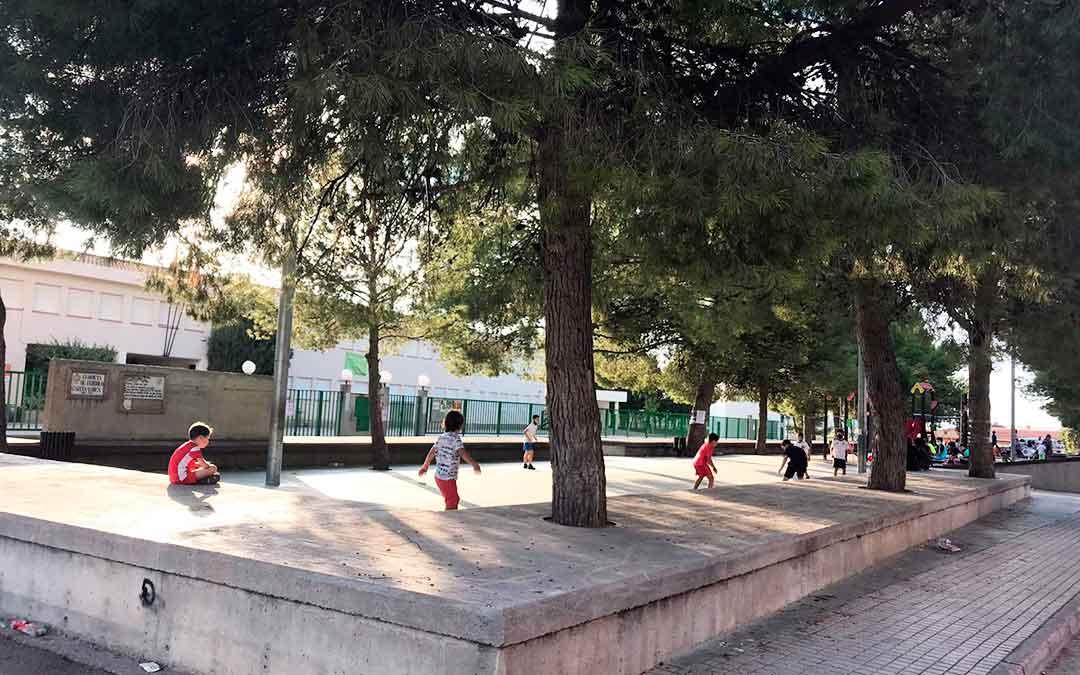 Niños en un parque de Caspe, cercano al colegio Alejo Lorén, el primer día que abrieron después de seis meses.