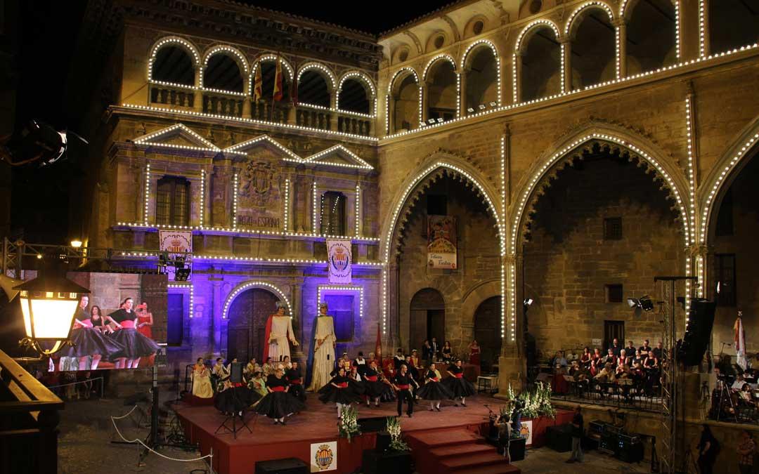 La escuela de jota de José Antonio Pedrós actuando en la presentación de las Reinas de Alcañiz./L. Alejos