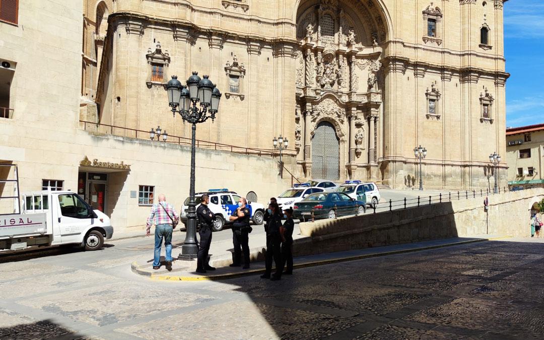 Policía Local y Guardia Civil este martes controlando la zona de la plaza España y alrededores / A. Gracia