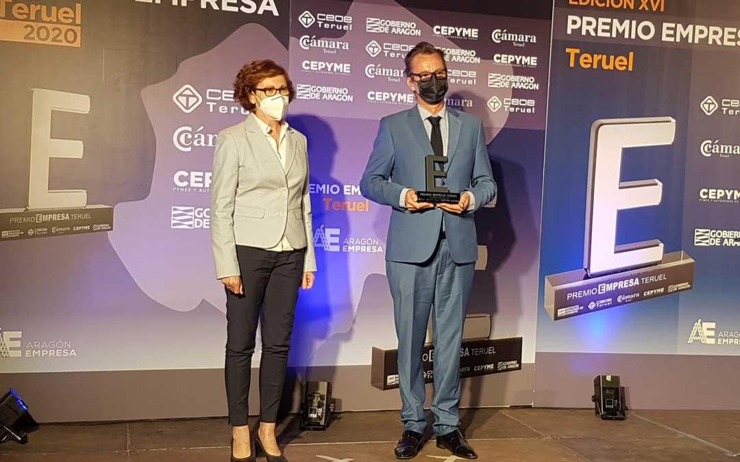 Pastelería Belenguer en Alcorisa, Premio a la Trayectoria Empresarial. Ha recogido el reconocimiento el pte. de la Asociación Provincial en lugar de la Pastelería, que no ha podido acudir al acto