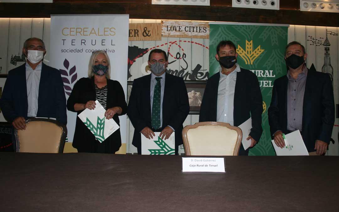 Presentación de las becas para 5 jóvenes universitarios otorgadas por Caja Rural de Teruel, Fundación Térvalis, Grupo Arcoiris, Oviaragón-Grupo Pastores y Cereales Teruel