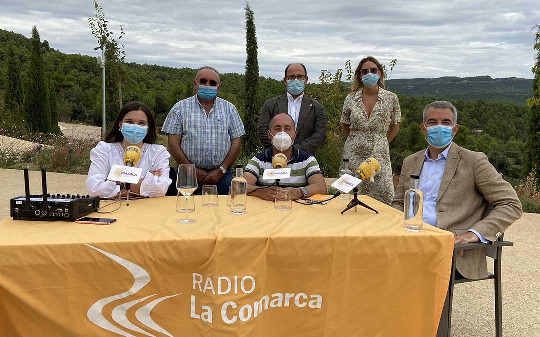 Invitados al programa especial de Radio La Comarca emitido desde los exteriores de la Torre del Marqués./ L.C.