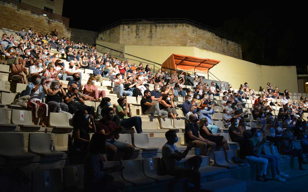 Los alcañizanos disfrutando del concierto con las medidas de seguridad instauradas./I.M.