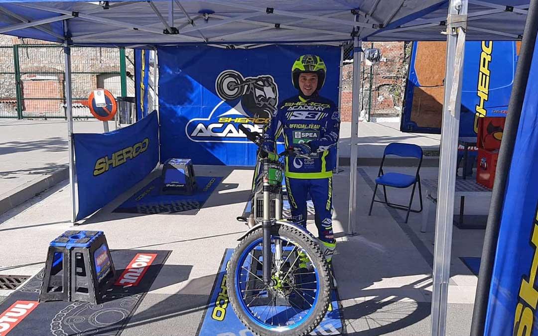 El valderrobrense Sergio Puyo junto a su motocicleta Sherco en Ripoll.