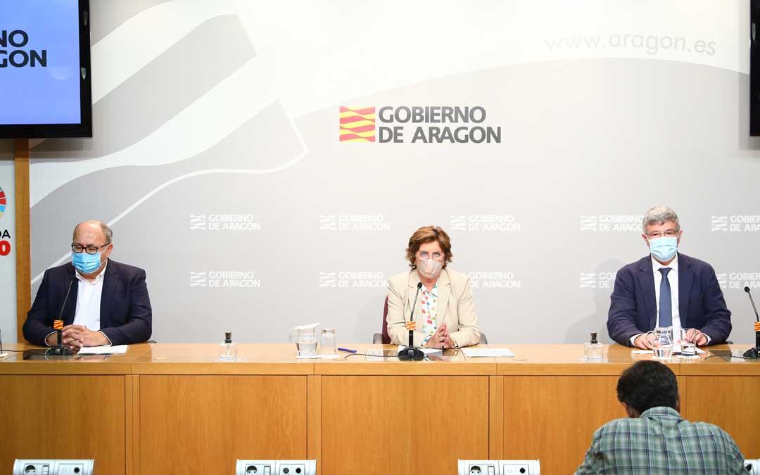 En su comparecencia ante los medios de comunicación María Victoria Broto ha estado acompañada por el secretario general técnico del Departamento, José Antonio Jiménez, y el gerente del Instituto Aragonés de Servicios Sociales (IASS), Joaquin Santos / DGA