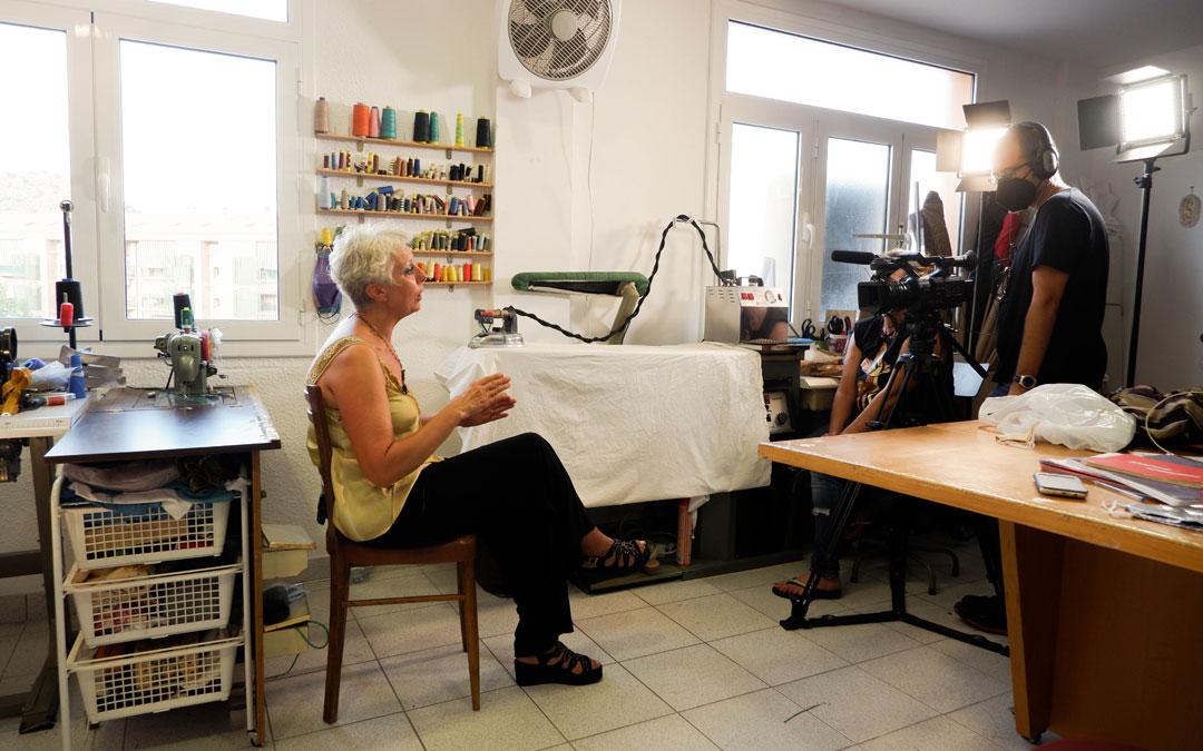 Mercedes Ínsa, en la entrevista con 'Escapárate', en Ropas de pueblo en la avenida Galán Bergua, 23 de Alcañiz. / Aragón TV