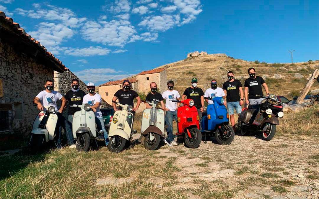 Los participantes de la ruta 'Scooteruel' junto a sus scooters./ Scoteruel