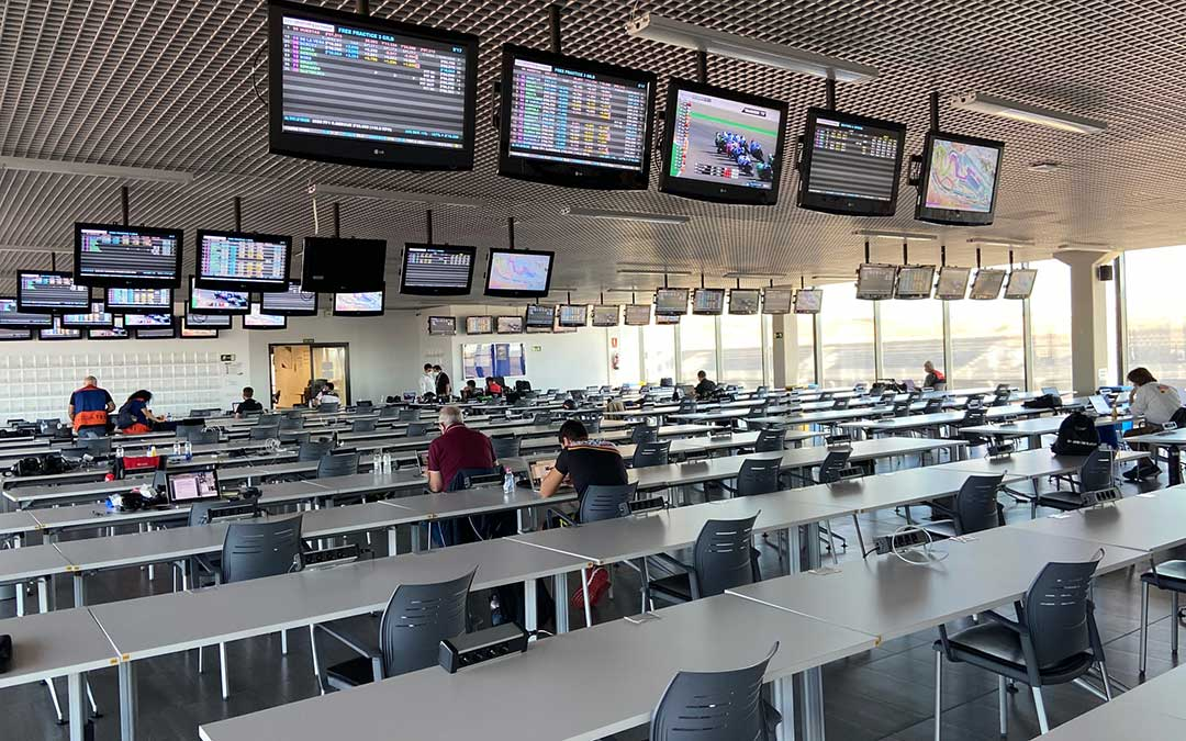 La sala de prensa de Motorland con espacio entre los periodistas para respetar las medidas de seguridad del Covid-19./ A.M.