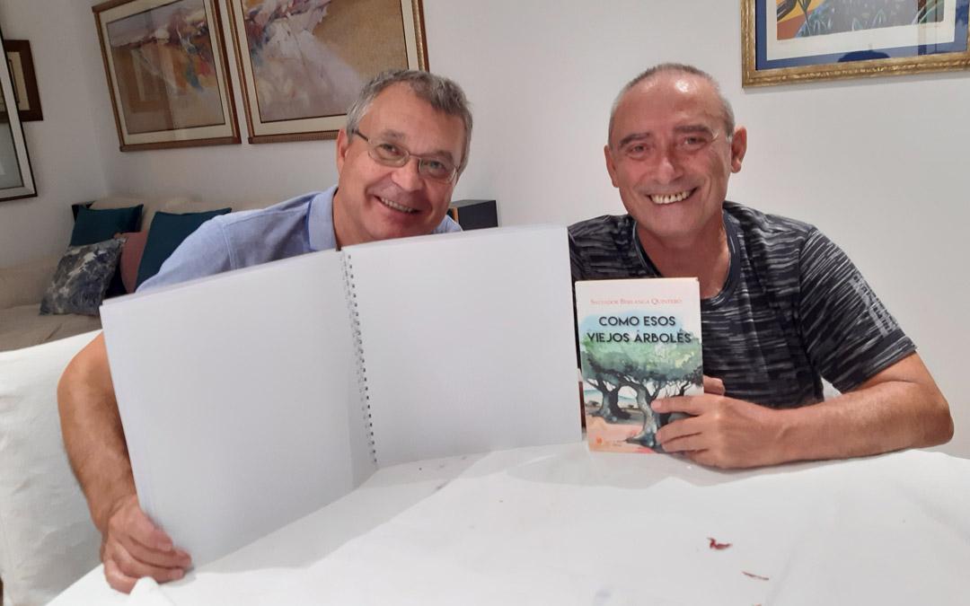 Salvador Berlanga (dcha.) junto a Miguel Ángel Casanova (izqda.) con uno de los tomos de su libro transcritos a braille./S. Berlanga