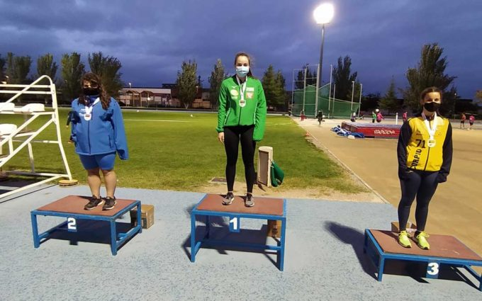 Elena Sanz se cuelga dos medallas en el Campeonato de Aragón de atletismo al aire libre en categoría Sub-18