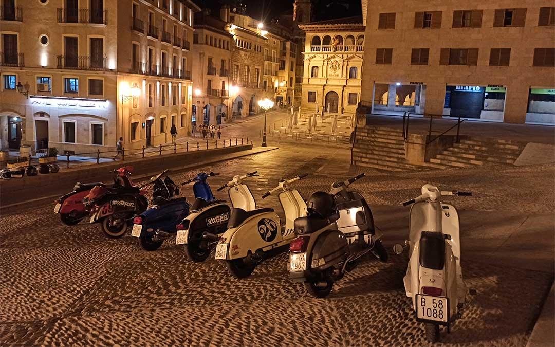 Durante la presentación de la ruta, la Policía Local de Alcañiz les dejó aparcar sus motos en la plaza de España./ Scooteruel