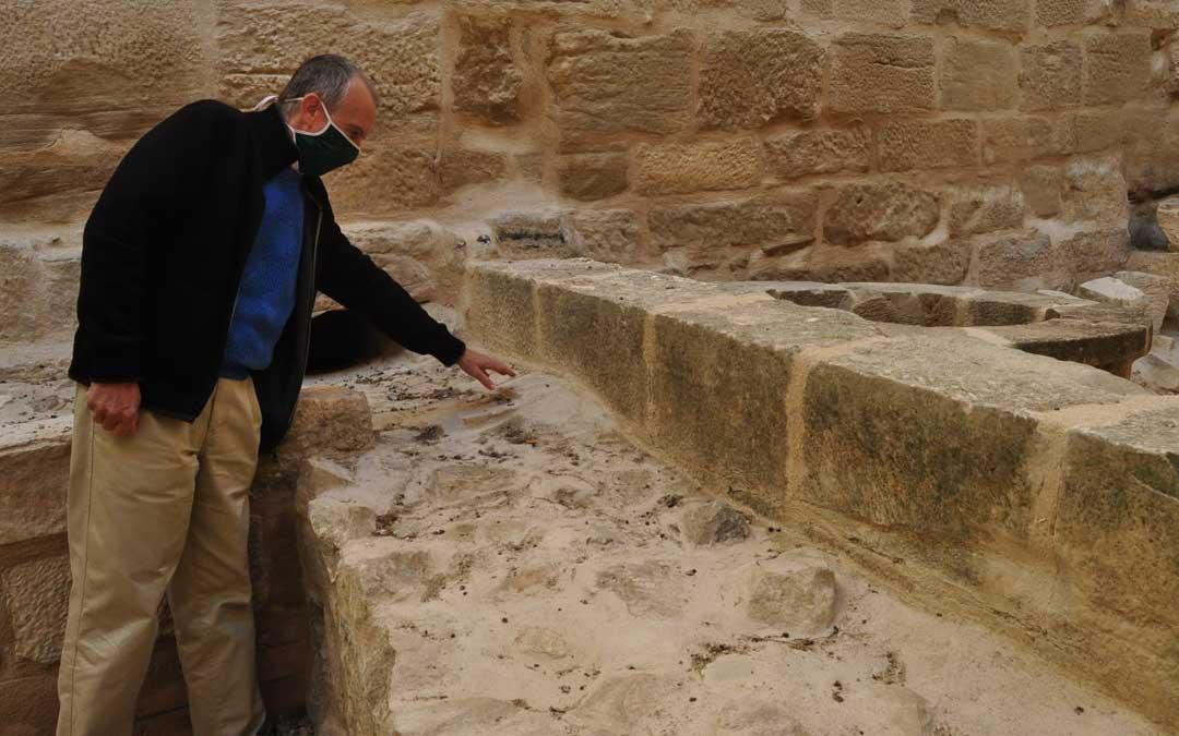 El director de la Fundación Valderrobres Patrimonial, Manuel Siurana, mostrando restos de un desagüe de la cocina ubicada en la antigua fortaleza.