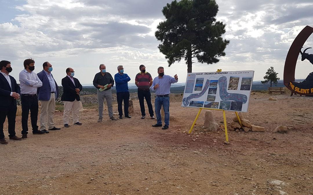 Responsables políticos escuchando a José Luis Soro mientras explicaba el proyecto