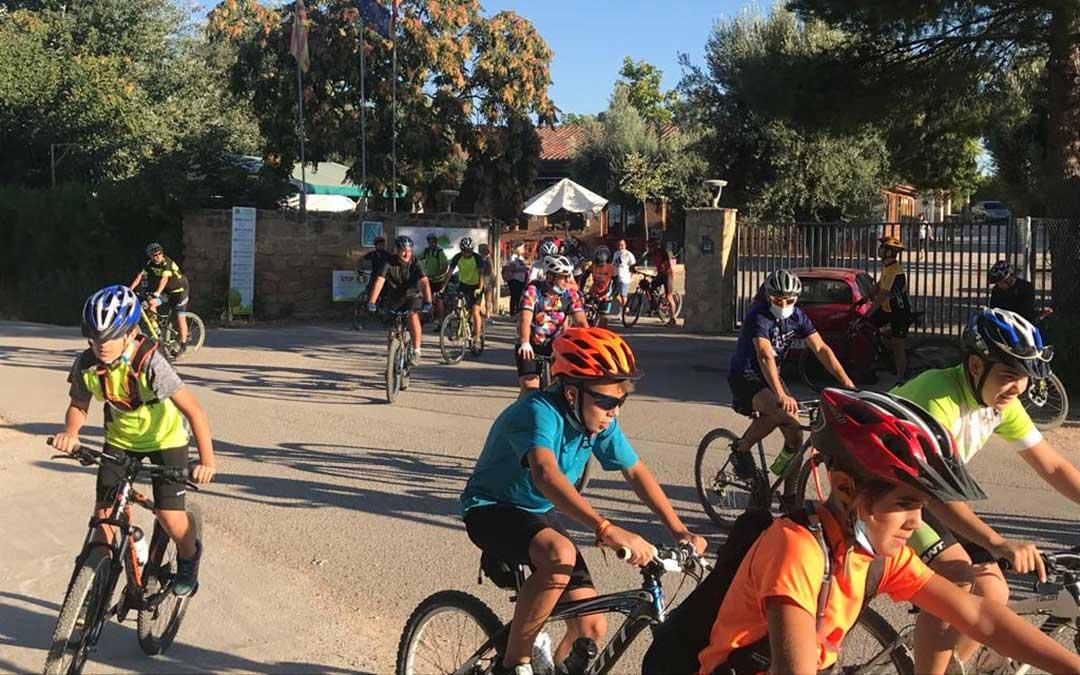 Un grupo de bikers se animó a probar este sábado la ruta 'Cabezo negro' tras la presentación del SportCenter La Estanca./ Luis Lizana