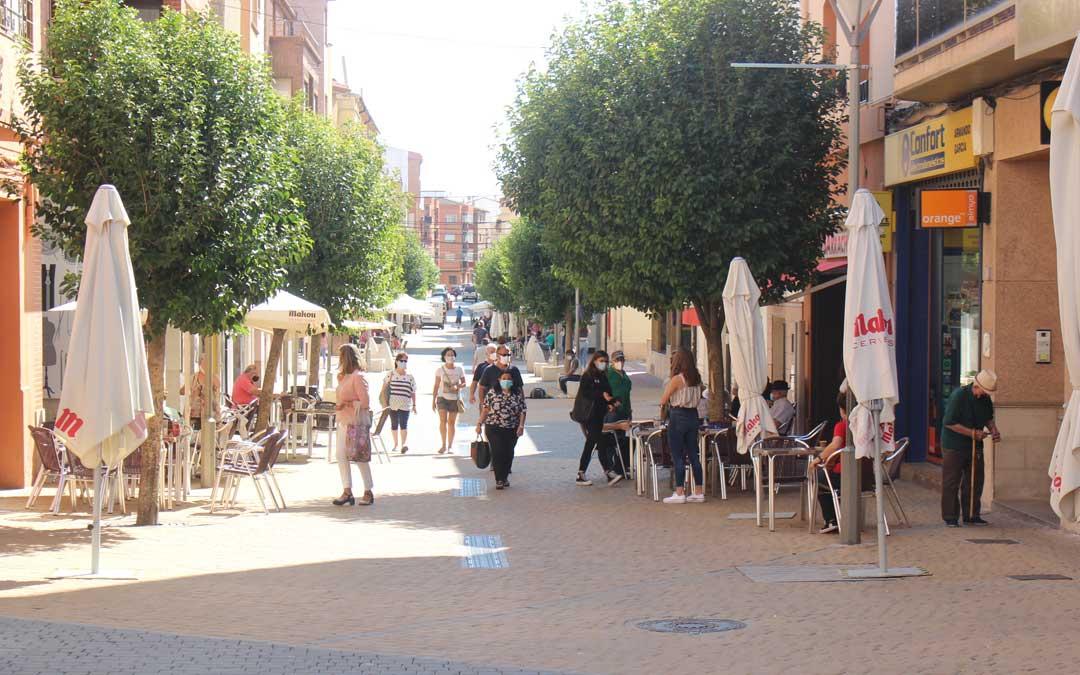 La céntrica avenida San Jorge este viernes al mediodía, cuando la localidad entró en confinamiento perimetral / L. Castel