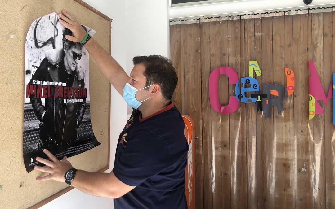 El técnico de Festejos, Tito Lizana, colgando un cartel del concierto de Erentxun