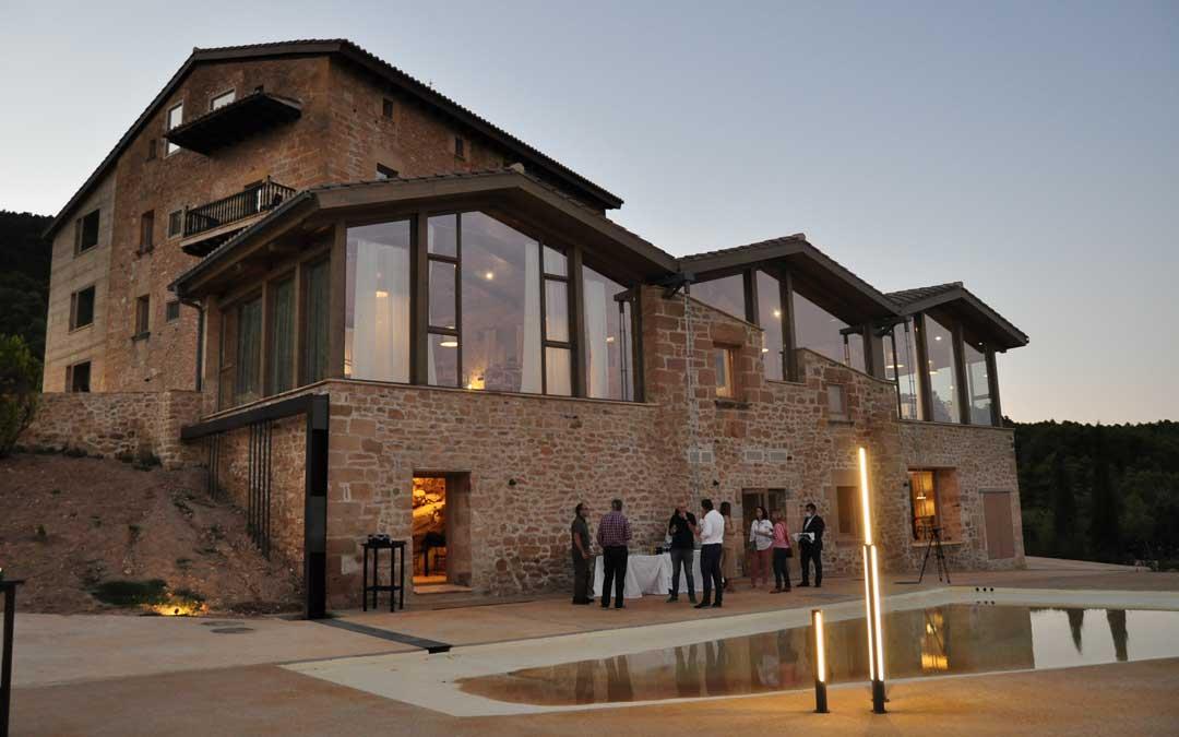 El complejo ofrece distintos espacios con grandes cristaleras y terrazas desde las que se divisa una panorámica del entorno.
