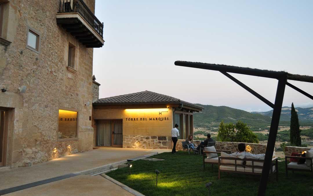 El exterior ofrece distintos espacios para disfrutar.
