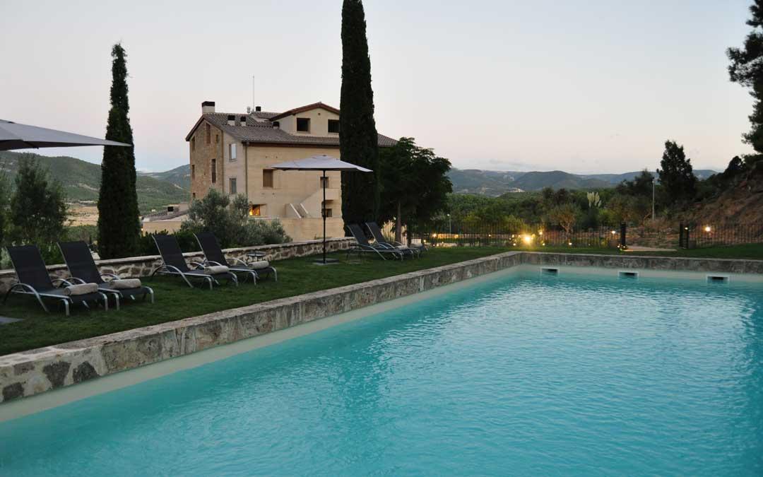 La piscina exterior está climatizada y está rodeada de jardines y bosques.