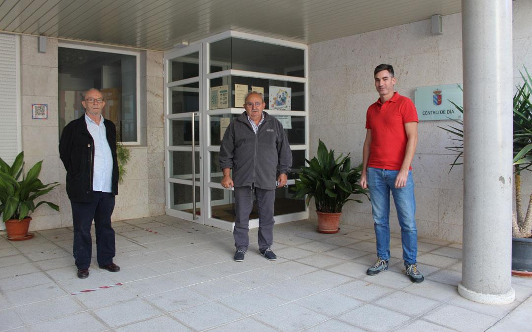 El alcalde, Joaquín Lafaja y el concejal, Esteban Lafaja, junto a Sergi Arribas en el centro de día de Urrea de Gaén. / B. Severino