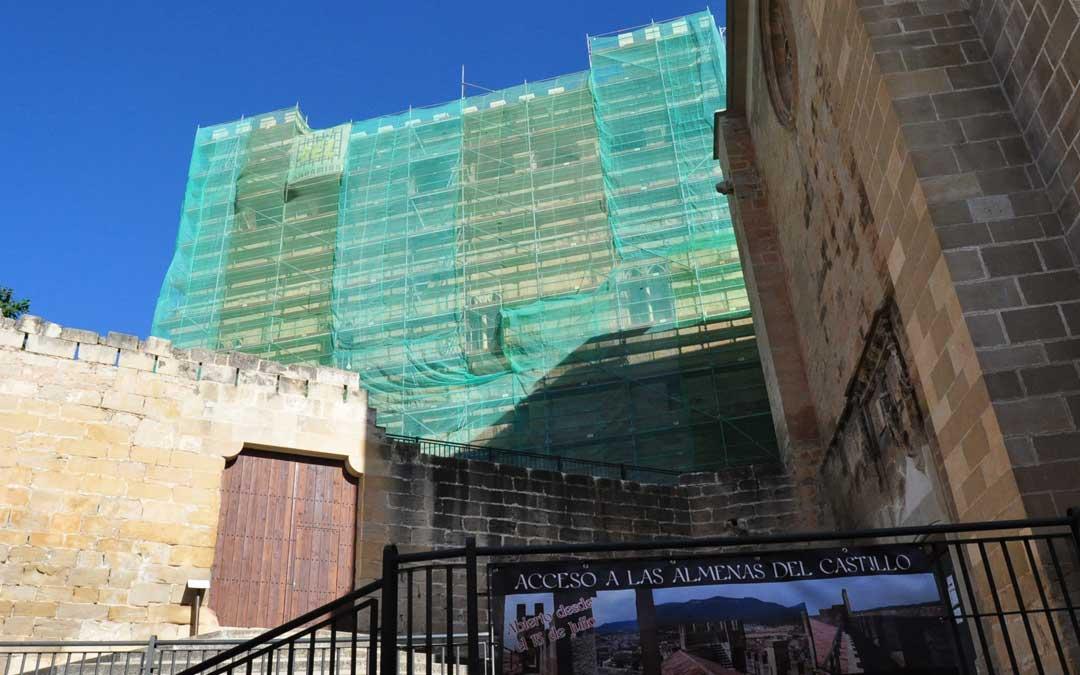 Una de las fachadas más vistosas está en estos momentos siendo restaurada.