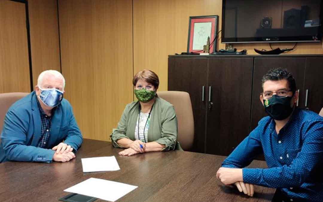 La alcaldesa, el concejal de Deportes y el presidente del CD Caspe.