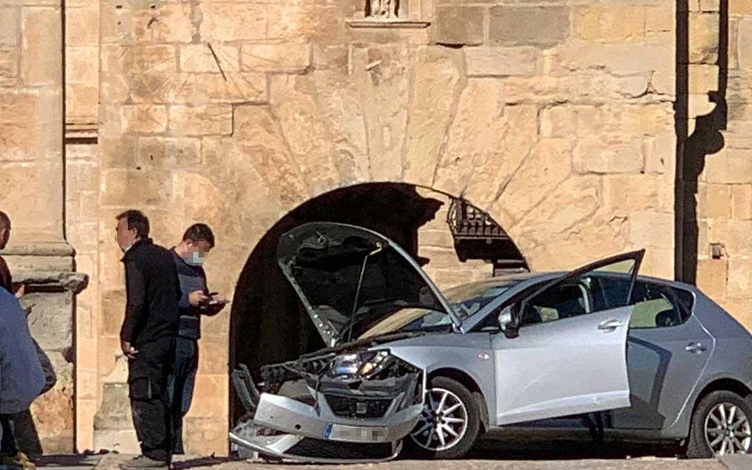 El vehículo, destrozado, después de impactar contra la barandilla del puente de piedra de Valderrobres./ L.C.