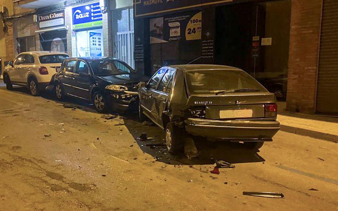 Una conductora ebria impacta contra dos vehículos aparcados en la calle Galán Bergua. / L.C.