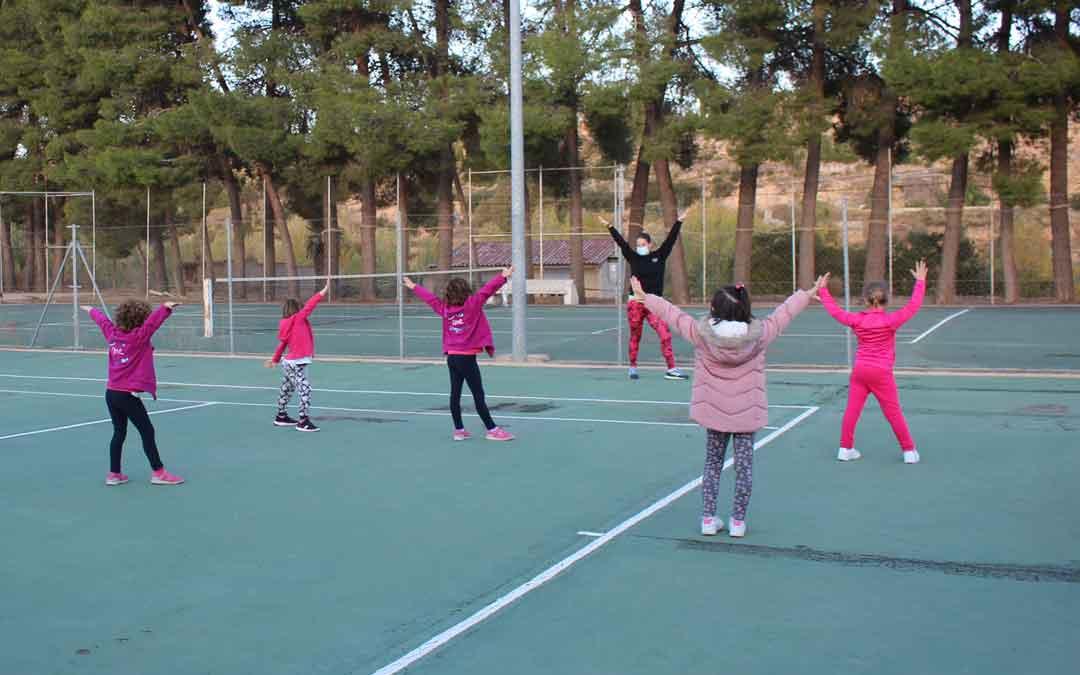 Clase de zumba kids este lunes en el polideportivo. Se realiza en el exterior.