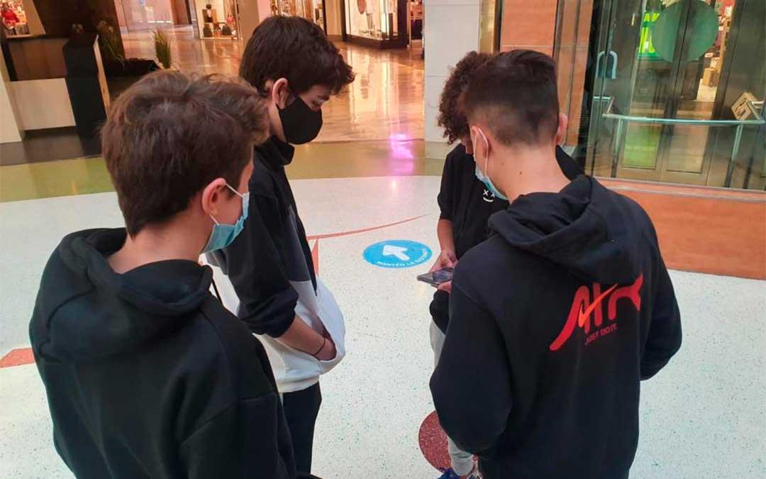 Un grupo de adolescentes pasa el día de clase no presencial en el centro comercial./ C.I.