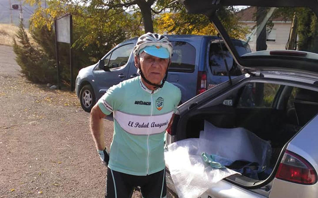 Adolfo Bello, del Pedal Aragonés en Urrea de Gaén, donde completó junto a otros compañeros el recorrido para colaborar a través de la app. / Sesé Bike Tour